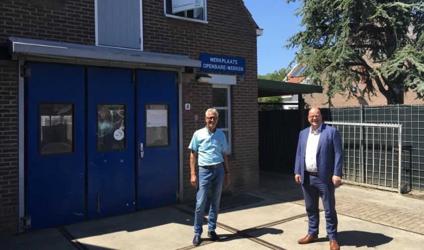 Kees Westrate (rechts) en ... voor de werkplaats in 's-Heerenhoek. FOTO GEMEENTE BORSELE