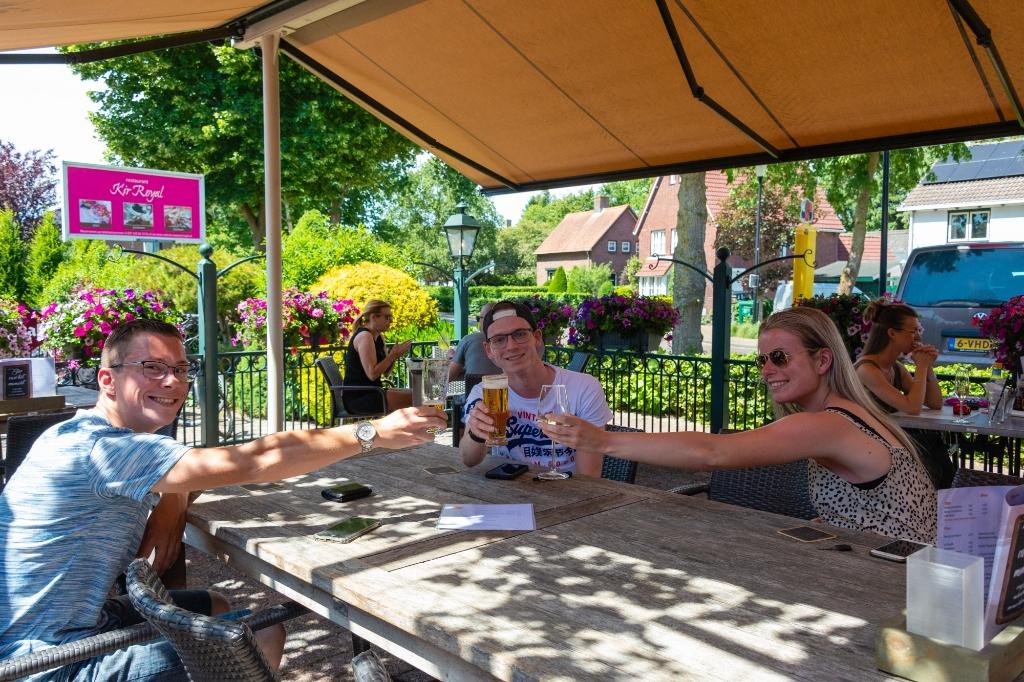 Ook in Schijf snakten de gasten naar een drankje. Foto: Corine Roks © Internetbode