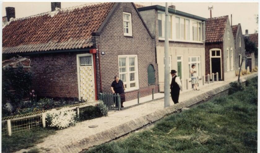 Wie herkent dit huisje en de personen op de foto?