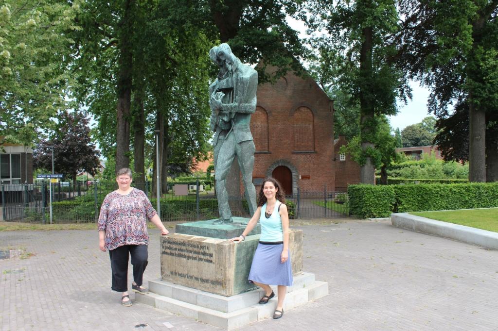 Marleen van Aert-Francken met Natascha Rens op het Van Goghplein in Zundert.  Foto: Claudia Koole © Internetbode