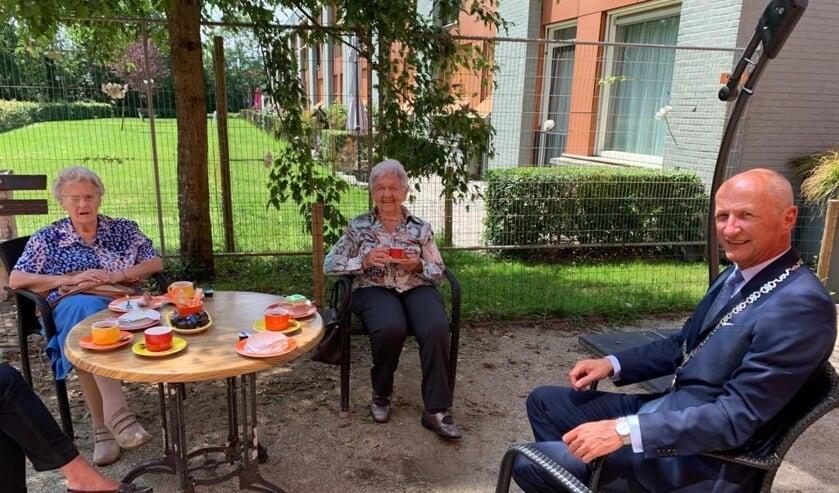 Bewoners van Nieuw-Sandenburgh praten met burgemeester Van de Zwaag.