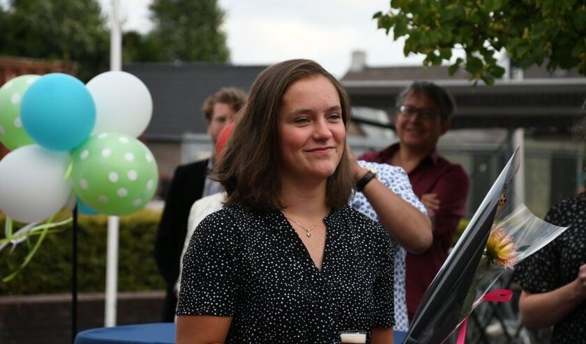 Jojanneke Verschuuren luistert naar de burgemeester.