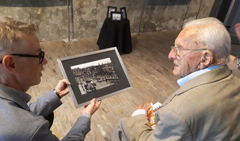 Als dank voor zijn 'monnikenwerk' geeft museumdirecteur Onno Bakker Jan Kaljouw een ingelijste foto cadeau.