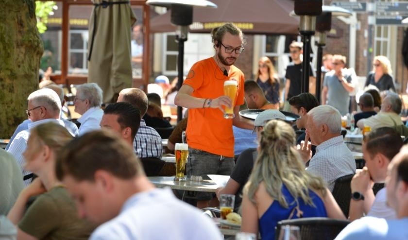 Aan het begin van de middag begint het steeds drukker te worden op de Bredase terrassen.