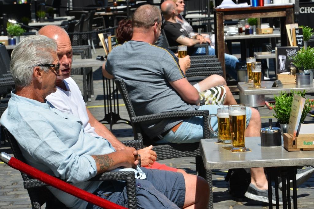 Aan het begin van de middag begint het steeds drukker te worden op de Bredase terrassen. Foto:  Perry Roovers © BredaVandaag