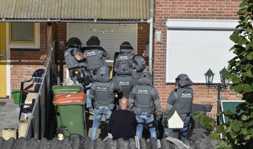 Het arrestatieteam viel de woning langs de achterzijde binnen.