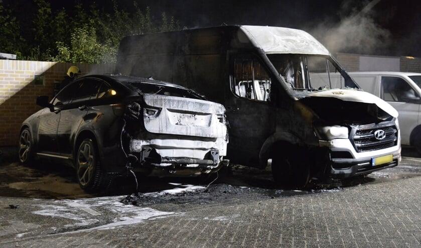Beide voertuigen brandde volledig uit.