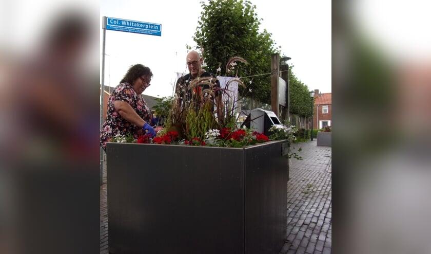 Shirley Wychgel en Gerard van den Bergh bij de nieuwe bloembak.