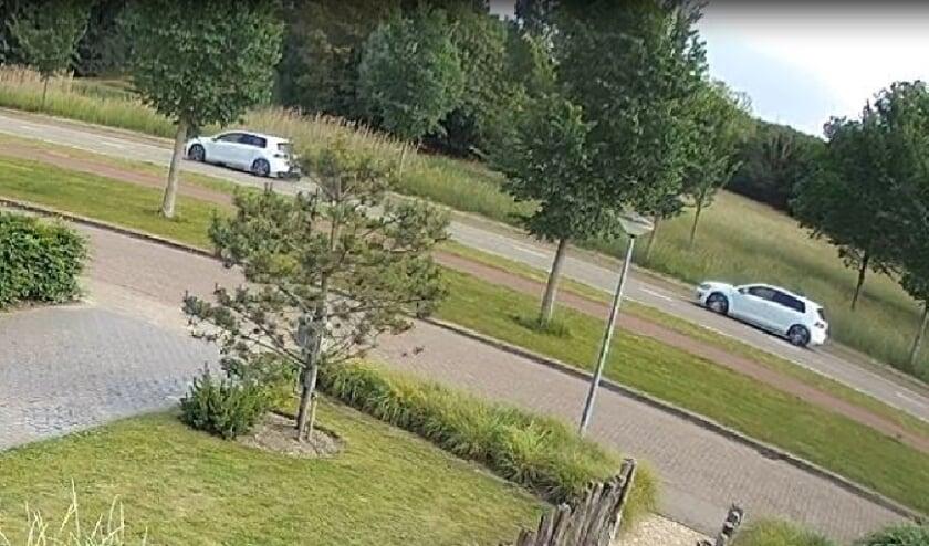Politiebeeld van de twee witte Volkswagen Golf-auto's in de Burgemeester van Woelderenlaan.