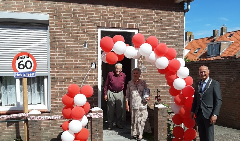 Echtpaar Theune is verrast met bezoek van de burgemeester én een haag van ballonnen.