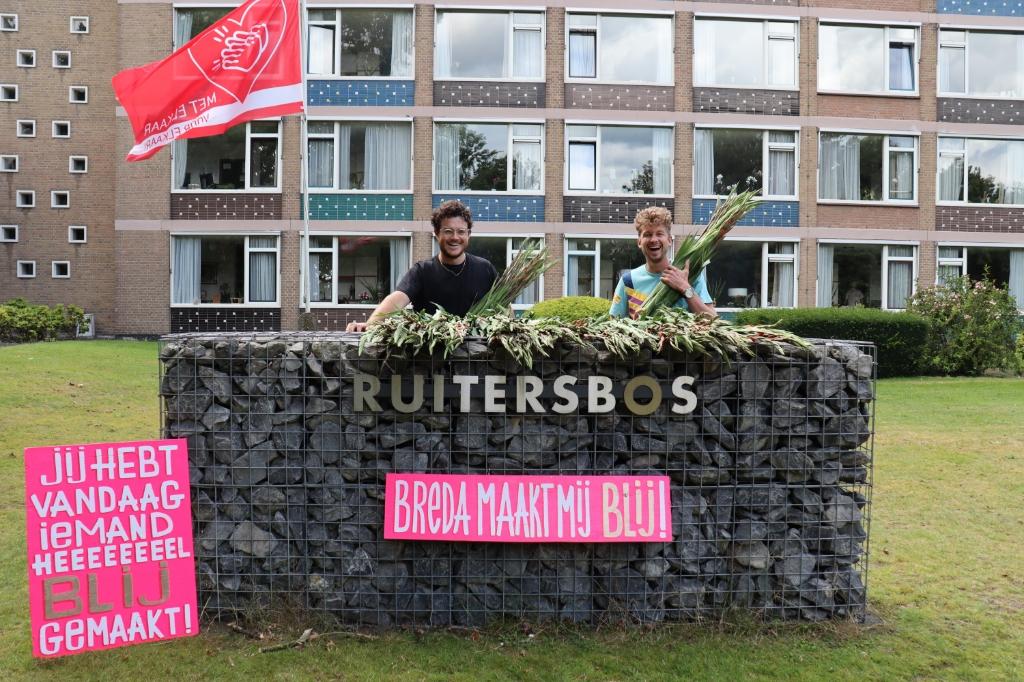 Frank Haagen (links) en Thibaud van der Steen hebben meer dan 11.000 gladiolen rond gebracht. Foto: Camiel Beekers © BredaVandaag