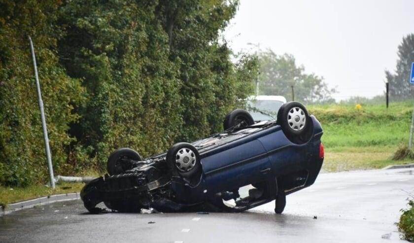De auto kwam op zijn kop tot stilstand.