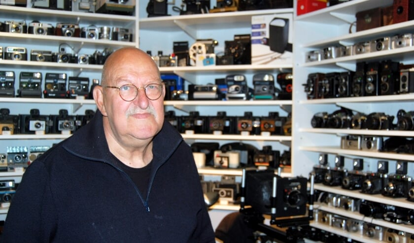 Robert Aschs met een deel van zijn 'museum'.