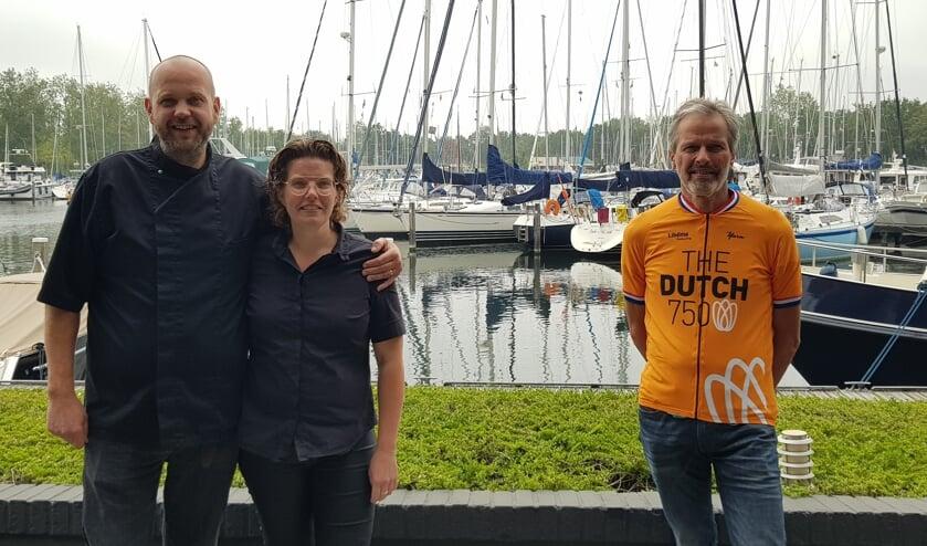 Frits en Simone Heinen en Ko Jan Provoost op het terras van Oranjeplaat.