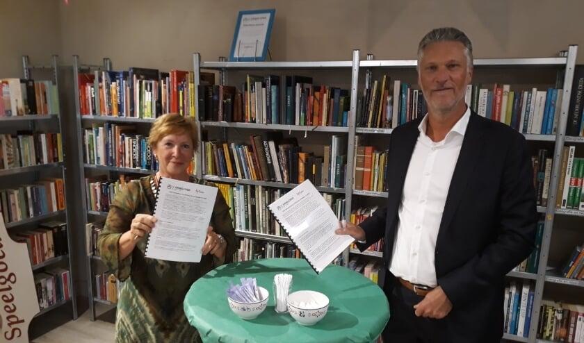 Ingrid van Huijkelom (SDW) en Pascal de Klerk (Kringloper) tekenen de samenwerkingsovereenkomst. FOTO: SDW