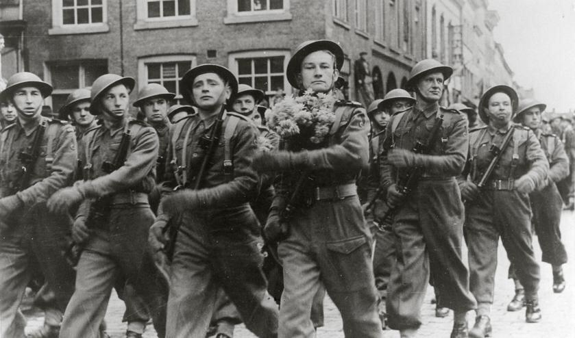 Breda, 11 november 1944 Vanaf de hoek van de Halstraat en de Sint-Janstraat in Breda marcheren Poolse troepen met onmiskenbare trots de Grote Markt op bij hun overwinningsparade op 11 november, de Poolse nationale feestdag