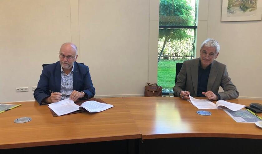 Wethouder Jan Mollen (links) en Wim van den Kerkhof van Ruimte Voor Ruimte.