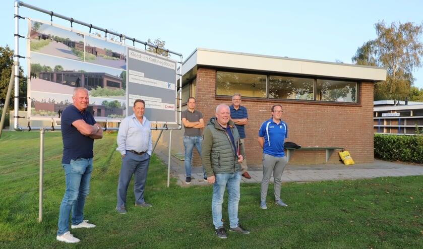 De accommodatiecommissie van VV Steenbergen met van links naar rechts Ed Mosmans, Marco van Kaam, Rob Driessen, Michel Reijns, voorzitter Wim Roovers en Jasper van Tilburg.