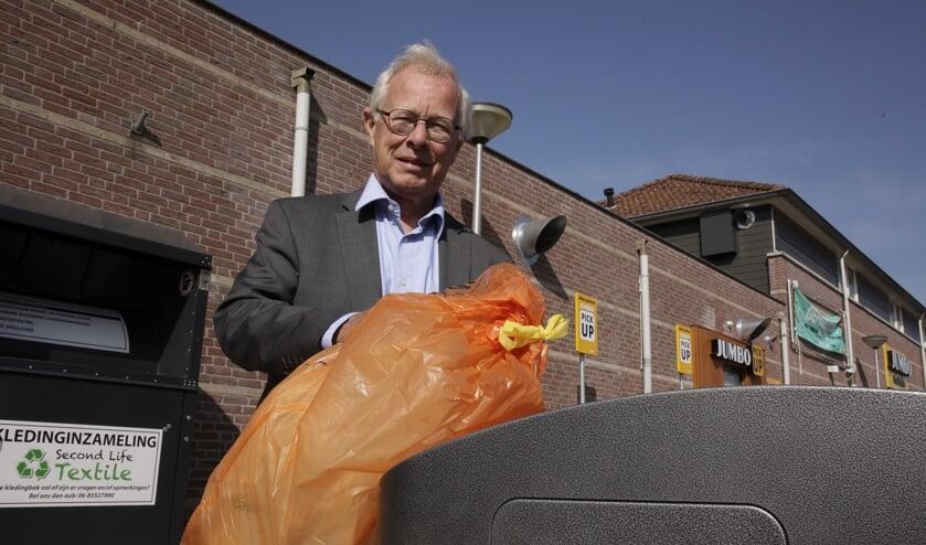 Henk Kielman bij één van de ondergrondse containers.
