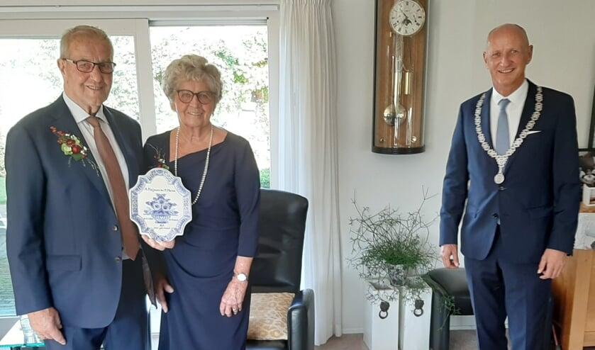 Adri en Sanne Maljaars met het cadeau dat ze van burgemeester Rob van der Zwaag kregen namens de gemeente Veere.