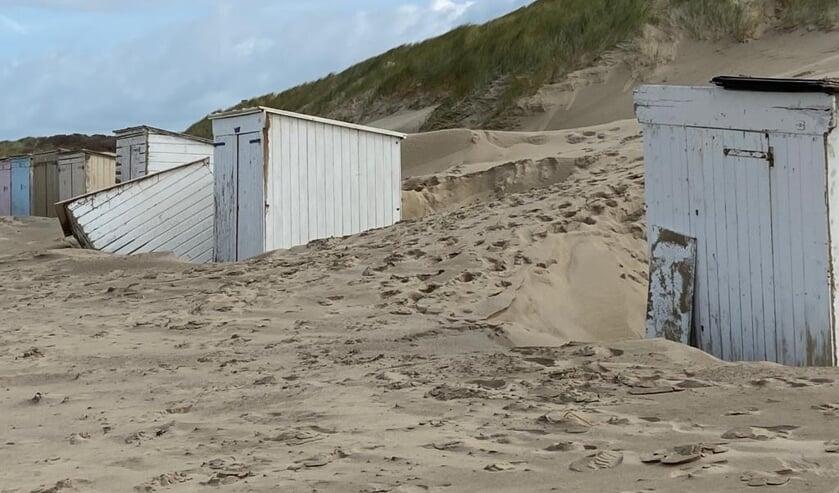 De duinen waren bestand tegen Odette, maar sommige strandhuisjes niet.