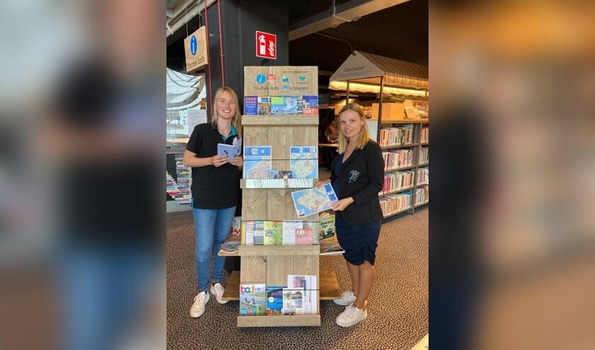 Amanda Dietrich (l) en Marileen van Wijnen bij het toeristisch informatiepunt in de bibliotheek.