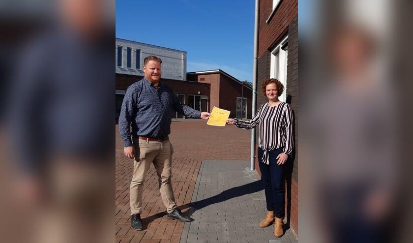 Wethouder Thomas Melisse overhandigt de vragenlijst aan Lotte Wijnen, voorzitter van Stichting Groet & Ontmoet.