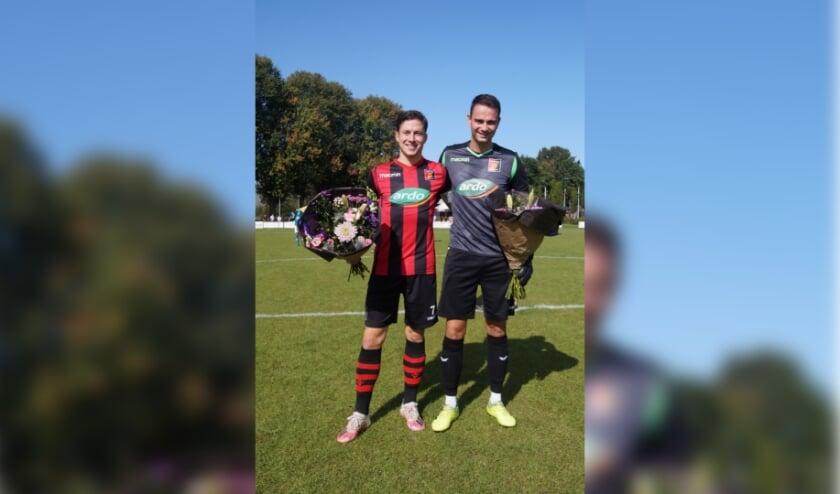 Fabian Nelemans (links) en Thomas van Nederkassel (rechts) gehuldigd na jubilea. Thomas keepte zijn 200 ste wedstrijd, Fabian speelde er al 250 in Zundert 1.