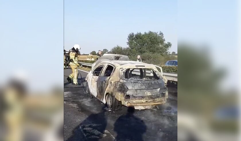 De net gekochte auto brandde volledig uit.
