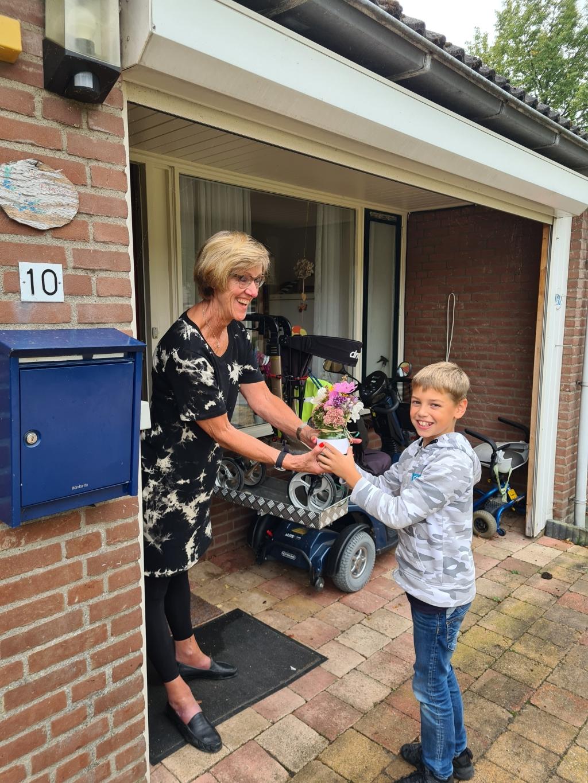 Job geeft bloemen aan zijn oma.  Foto: Krijn ten Hove © Internetbode