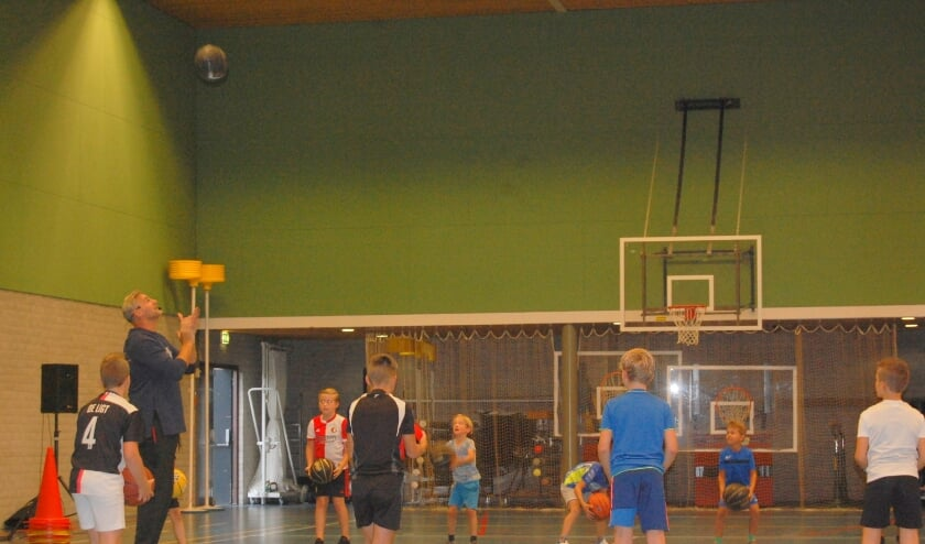 <p>Basketbalkampioen Henk Pieterse praat bij zijn clinics ook over pesten.</p>