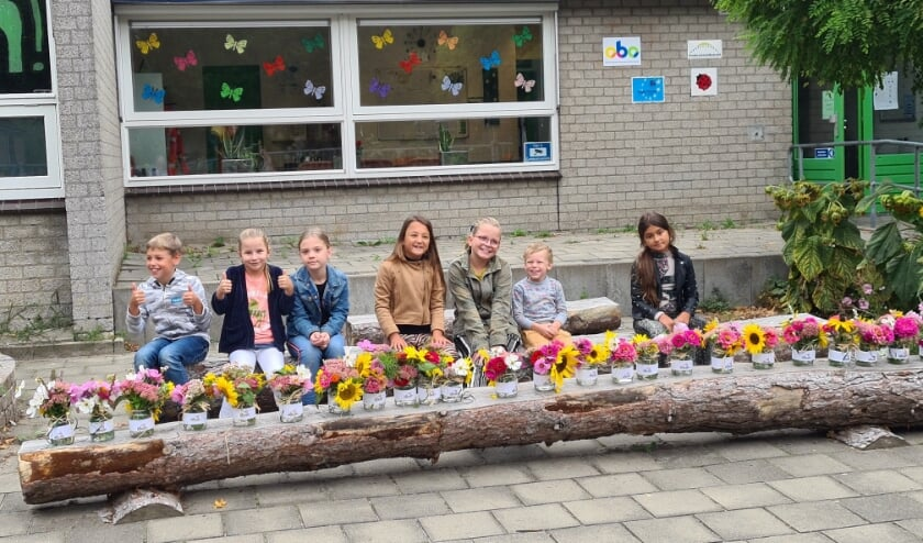 De kinderen bij de bloemen.