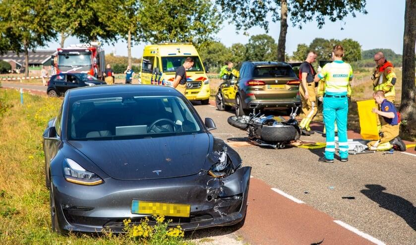 Zowel de motor als de twee auto's raakten beschadigd.
