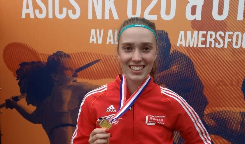 <p>Amy Hasselton met de gouden medaille</p>