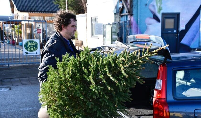 Bredanaars komen hun bomen bij STEK weer inleveren.