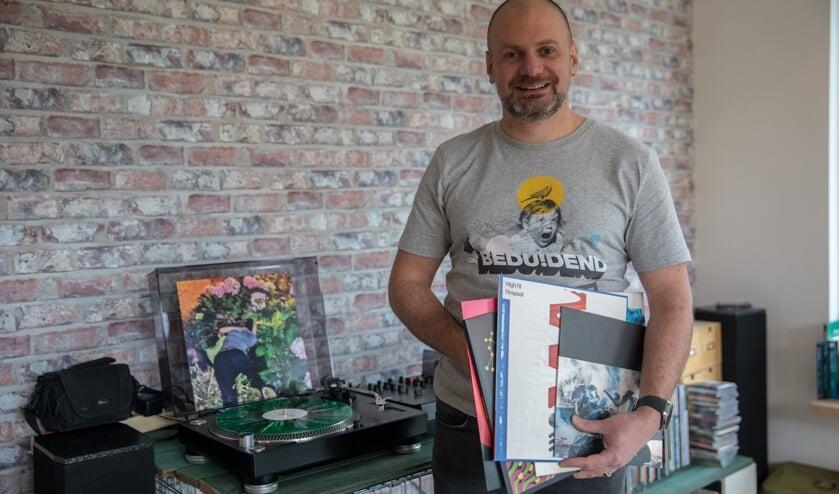 <p>Dennis Sommeijer bij een deel van zijn platenverzameling.&nbsp;</p>