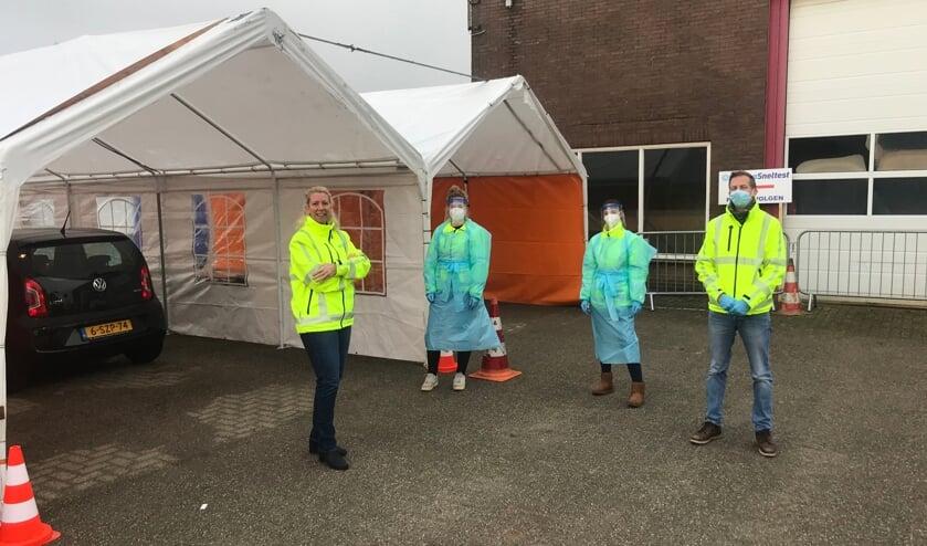 <p>De medewerkers van de teststraat met links Marieken de Lange.&nbsp;</p>
