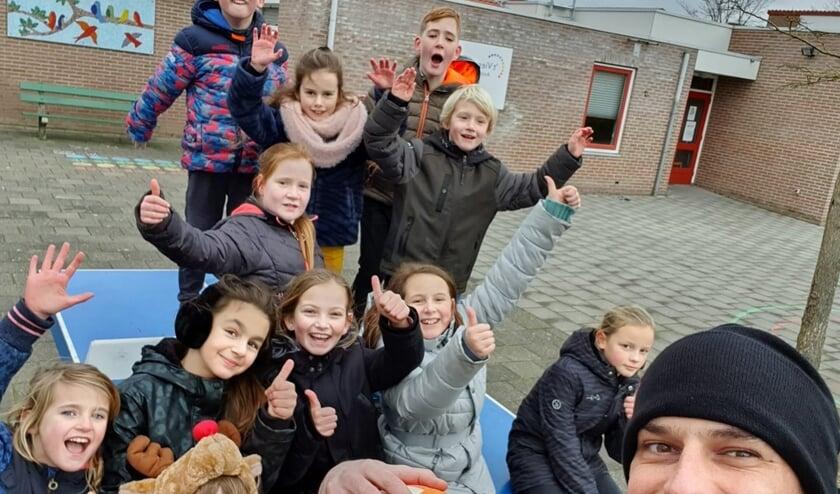<p>Sport en spel op een schoolplein in de Stromenwijk.</p>