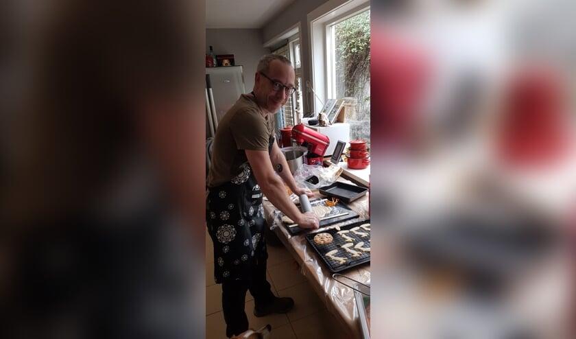 <p>Roland van Tilborg aan het werk in zijn keuken</p>