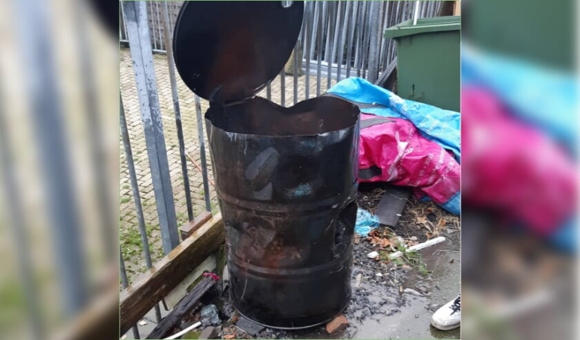 In dit vat verbrandde de man zijn afval.