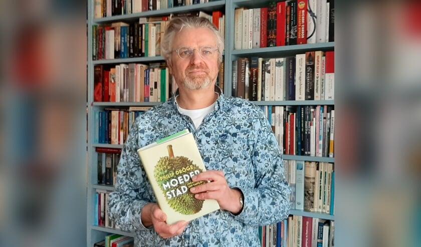 Anthoni Fierloos met het boek van Philip Dröge.