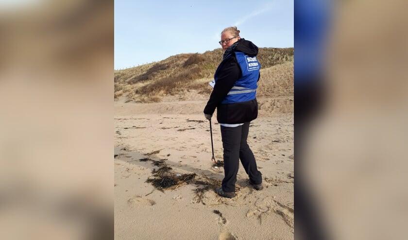 <p>Marloes Loos zet zich in voor een schoon strand.</p>
