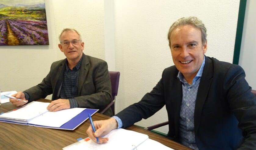 <p>Jan Oprins (l) en Kees van den Buijs zetten hun handtekeningen onder de overeenkomst.</p>