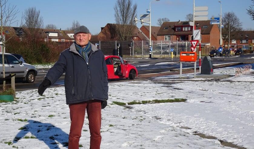 Tom Aalfs wijst naar de plek waar de eerste boom geplant wordt.