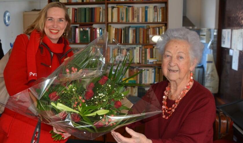 <p>Jubilaris Sophia Mensen krijgt rode rozen van kandidaat-Tweede Kamerlid Barbara Oomen.</p>