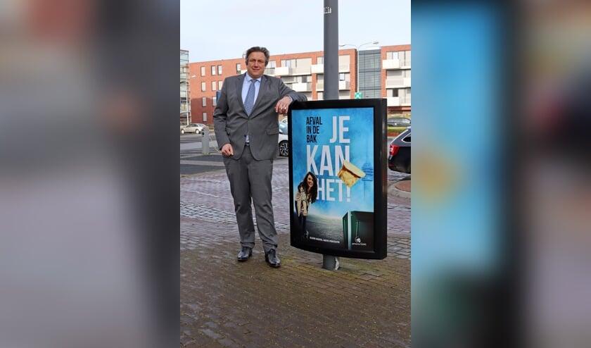 <p>Wethouder Cees Pille bij een van de campagneposters.</p>