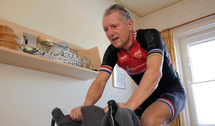 <p>Jan Prop traint met de sneeuw thuis op de fiets.&nbsp;&nbsp;</p>