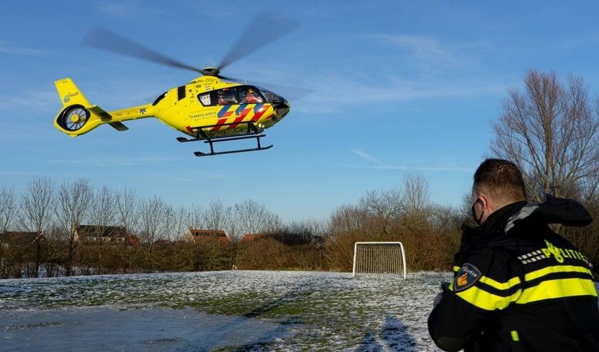De traumahelikopter landde op een nabijgelegen voetbalveldje.