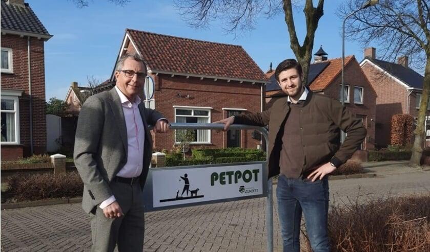 <p>Wethouder Johan de Beer (l) samen met Tijmen Dekkers, een van de bedenkers van de bedenkers van de ondergrondse afvalcontainers voor hondenpoep.</p>