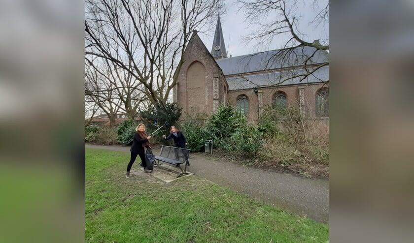 <p>Juli&euml;tte Tews (l) en burgemeester Jos&eacute; van Egmond kruisen de degens tegen zwerfvuil.</p>